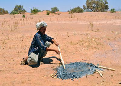 Fabrication du pain dans le désert marocain